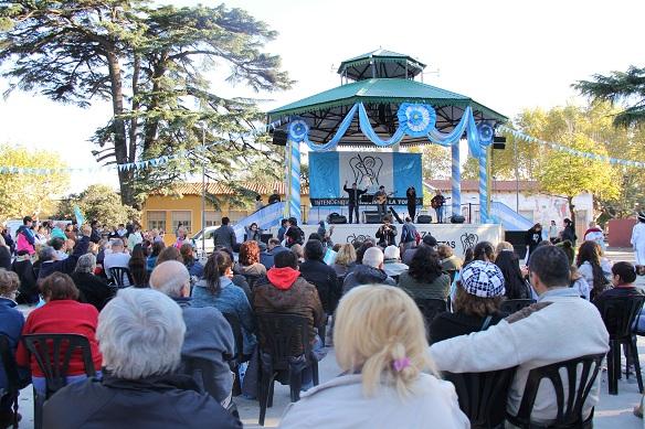 _33471_2652014_El 25 de Mayo en la Plaza de las Carretas más de 4 mil vecinos se acercaron a festejar y cantarle a la Patria